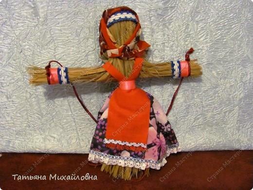 """Вот мои красавицы!  Масленица -  древний языческий праздник до крещения Руси был привязан ко дню весеннего равноденствия (20 или 21 марта).  Это был славянский Новый год- проводы зимы и встреча весны.              Праздник напрямую был связан с поклонением Солнцу, дающему жизнь и силы всему живому. Именно в честь солнца пекли блины, и блин по сути стал символом солнышка: желтый, круглый, горячий. Славяне верили, то вместе с блином они съедают частичку его тепла и могущества.  С введением христианства масленицу, как и многие другие древнеславянские праздники, """"привязали"""" к Пасхе Праздновать   стали в последнюю неделю перед Великим постом, поэтому теперь в разные года Масленица выпадает на разные дни. фото 8"""