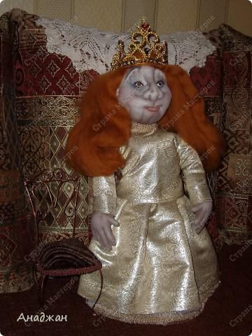 Вот и сшила я куклу для мамы. Очень старалась, но работа вышла очень тяжелая и получилось совсем не то, что задумывалось. Все сказали что сходство есть, особенно глаза. Мама у нас красавица, но ведь кукла шаржевая. Этим и успокаиваю себя. Задумка платья было совершенно другая, но мои нулевые навыки в шитье на лицо, сотворила самое простое на что способна. А туфельки для королевишны можно посмотреть тут  http://stranamasterov.ru/node/152333 фото 1