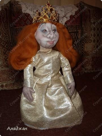 Вот и сшила я куклу для мамы. Очень старалась, но работа вышла очень тяжелая и получилось совсем не то, что задумывалось. Все сказали что сходство есть, особенно глаза. Мама у нас красавица, но ведь кукла шаржевая. Этим и успокаиваю себя. Задумка платья было совершенно другая, но мои нулевые навыки в шитье на лицо, сотворила самое простое на что способна. А туфельки для королевишны можно посмотреть тут  http://stranamasterov.ru/node/152333 фото 2
