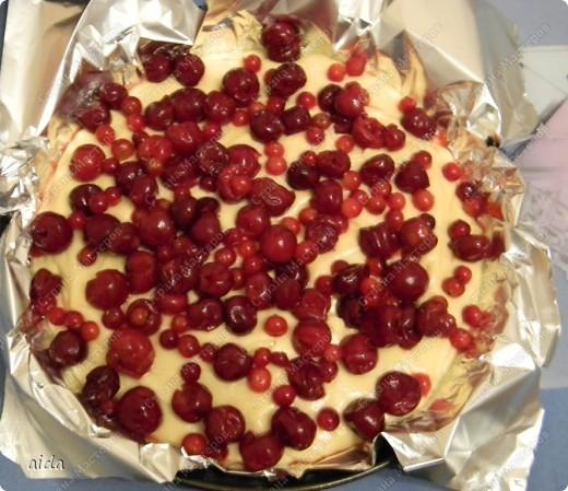 Вот конечный результат - пирог с вишней (сверху посыпан сахарной пудрой) фото 3