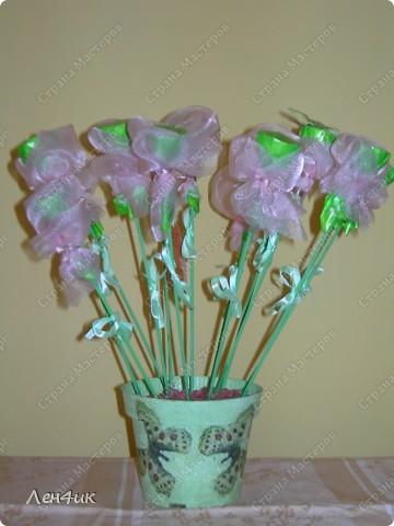 Вот такие конфетные букеты мы сделали в подарок на 8 марта. фото 1
