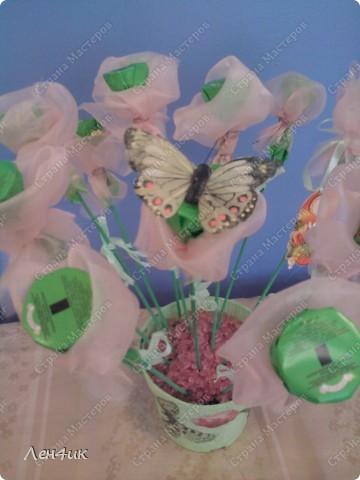 Вот такие конфетные букеты мы сделали в подарок на 8 марта. фото 2