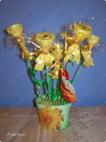 Вот такие конфетные букеты мы сделали в подарок на 8 марта. фото 3