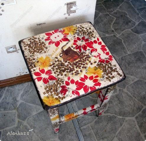 жила-была табуреточка...и несколько старых компактов, которые тоже пригодились для кухни, как подставочки под горячее фото 2