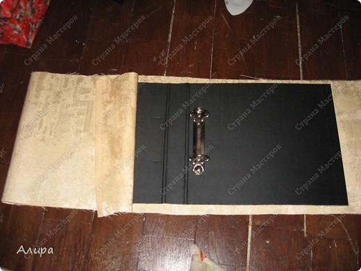 Родителям в подарок на 23 февраля и 8 марта решила сделать фотоальбом хенд-мейд. Спасибо вдохновительнице  frikadella и ее МК http://stranamasterov.ru/node/139301. Хотя в процессе все поменялось, но вдохновение дорогого стоит! Для изготовления такого альбома нам понадобится: папка ПВХ 5 см (папка-регистратор)  и ткань для ее обтяжки. Папку можно сделать самим из плотного картона в виде обложки, и скрепить атласной лентой, как в вышеназванном МК, но готовая папка для меня – это быстрее и аккуратнее. фото 4