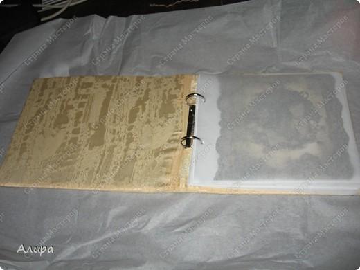 Родителям в подарок на 23 февраля и 8 марта решила сделать фотоальбом хенд-мейд. Спасибо вдохновительнице  frikadella и ее МК http://stranamasterov.ru/node/139301. Хотя в процессе все поменялось, но вдохновение дорогого стоит! Для изготовления такого альбома нам понадобится: папка ПВХ 5 см (папка-регистратор)  и ткань для ее обтяжки. Папку можно сделать самим из плотного картона в виде обложки, и скрепить атласной лентой, как в вышеназванном МК, но готовая папка для меня – это быстрее и аккуратнее. фото 18