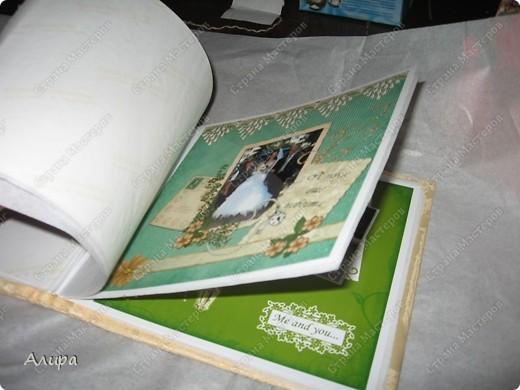 Родителям в подарок на 23 февраля и 8 марта решила сделать фотоальбом хенд-мейд. Спасибо вдохновительнице frikadella и ее МК http://stranamasterov.ru/node/139301. Хотя в процессе все поменялось, но вдохновение дорогого стоит! Для изготовления такого альбома нам понадобится: папка ПВХ 5 см (папка-регистратор) и ткань для ее обтяжки. Папку можно сделать самим из плотного картона в виде обложки, и скрепить атласной лентой, как в вышеназванном МК, но готовая папка для меня – это быстрее и аккуратнее. фото 21