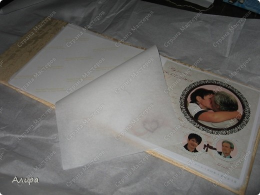Родителям в подарок на 23 февраля и 8 марта решила сделать фотоальбом хенд-мейд. Спасибо вдохновительнице frikadella и ее МК http://stranamasterov.ru/node/139301. Хотя в процессе все поменялось, но вдохновение дорогого стоит! Для изготовления такого альбома нам понадобится: папка ПВХ 5 см (папка-регистратор) и ткань для ее обтяжки. Папку можно сделать самим из плотного картона в виде обложки, и скрепить атласной лентой, как в вышеназванном МК, но готовая папка для меня – это быстрее и аккуратнее. фото 20