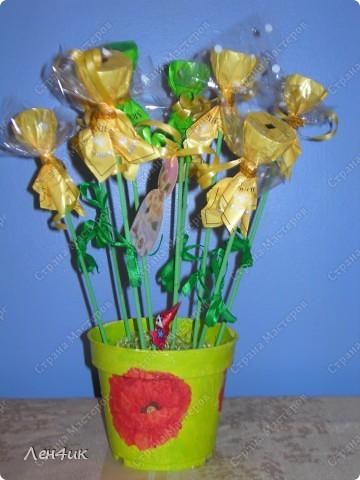 Вот такие конфетные букеты мы сделали в подарок на 8 марта. фото 4