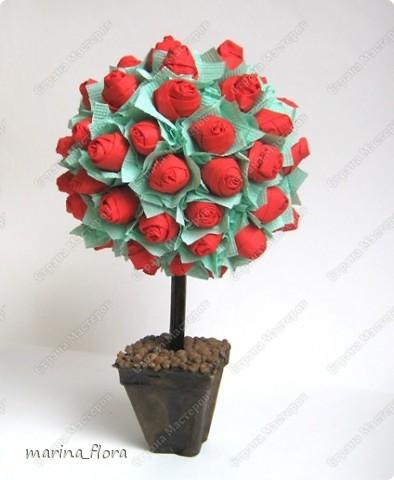 """""""— Завтра вечером Принц даёт бал, — шептал молодой Студент, — и моя милая тоже приглашена. Она сказала мне, что если я принесу ей красную розу, то она будет танцевать со мной до рассвета... Но в моём саду нет красной розы, и мне придётся сидеть в одиночестве, а она пройдёт мимо. Она даже не взглянет на меня, и сердце моё разорвется от горя. Юноша упал ничком на траву и заплакал. — О чём он плачет? — спросила маленькая зелёная ящерица. — Он плачет о красной розе! — воскликнули все, — ах, как смешно! Один Соловей понял и принял близко к сердцу страдания Студента. Он взмахнул крыльями и полетел к розовому кусту, что рос под окном Студента. — Дай мне красную розу! — воскликнул Соловей, — и я спою тебе свою лучшую песню. — Хм, если ты хочешь получить красную розу, молвил Розовый Куст, ты должен петь, прижавшись грудью к моему шипу. Мой шип пронзит твоё сердце, и твоя живая кровь перельётся в мои жилы и станет моей кровью.  — Смерть — дорогая цена за красную Розу! — воскликнул Соловей. — Но Любовь — дороже Жизни!""""  (Притча от Оскара Уайльда «Соловей и роза»)  фото 1"""