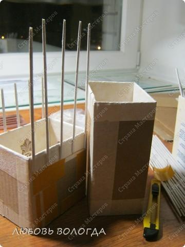 А теперь будем собирать наше сооружение. На бочок, который является шириной самой маленькой коробочки, наклеиваем двусторонний тонкий скотч. можно и ПВА намазать, но скотчем  чище и быстрее. сниимаем защитный слой и приклеиваем 5 самых маленьких стоечек: Две почти по краям, одну по середине и по одной  между ними. ( См. фото 3) фото 3