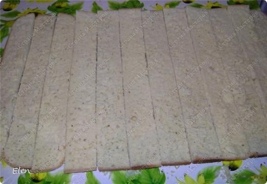 """Обратите внимание на срез торта...там коржи уложены необычным образом. Бисквит: Разогреть духовку до 180 градусов. Взбить миксером 9 яиц с 300 гр. сахара 20 минут (двадцать!!!). Постепенно всыпать 300 гр. муки с 1 ч. л. разрыхлителя. Добавить ванилин (я добавила лимонную эссенцию). Вылить всю массу на противень, застеленный пергаментом. Выпекать бисквит 25 минут. После истечении этого времени, не вынимая бисквит из духовки, дать ему там немного остыть. Вынуть бисквит из духовки и оставить на 1 час (я пеку бисквит заранее и храню его в холодильнике в полиэтиленовом пакете. Можно так хранить до 3-ёх суток). Крем """"Заварной кондитерский"""": Взбить 6 яиц с 250 гр. сахара до бела. Обжарить 3 ст. л. муки на сухой сковороде до золотистого цвета. Добавить муку в яично-сахарную смесь. Влить 750 мл. молока. Хорошо размешать и поставить на медленный огонь. Довести до кипения и остудить. Масло сливочное 400 гр растереть до бела. Взбивать миксером,добавляя в масло по 1 ст. л. заварного крема.Добавить ванилин (я опять добавила лимонную эссенцию). Заранее залить кипятком 300 гр. кураги. Дать постоять с 30 минут, слить воду и нарезать курагу на кусочки. Можно взять свежие фрукты (я как-то делала с ананасом), но с курагой мне нравится больше, так как тогда в торте присутствует кислинка. У нас всё готово для того,чтобы собирать торт. Приступаем...  фото 4"""