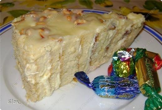 """Обратите внимание на срез торта...там коржи уложены необычным образом. Бисквит: Разогреть духовку до 180 градусов. Взбить миксером 9 яиц с 300 гр. сахара 20 минут (двадцать!!!). Постепенно всыпать 300 гр. муки с 1 ч. л. разрыхлителя. Добавить ванилин (я добавила лимонную эссенцию). Вылить всю массу на противень, застеленный пергаментом. Выпекать бисквит 25 минут. После истечении этого времени, не вынимая бисквит из духовки, дать ему там немного остыть. Вынуть бисквит из духовки и оставить на 1 час (я пеку бисквит заранее и храню его в холодильнике в полиэтиленовом пакете. Можно так хранить до 3-ёх суток). Крем """"Заварной кондитерский"""": Взбить 6 яиц с 250 гр. сахара до бела. Обжарить 3 ст. л. муки на сухой сковороде до золотистого цвета. Добавить муку в яично-сахарную смесь. Влить 750 мл. молока. Хорошо размешать и поставить на медленный огонь. Довести до кипения и остудить. Масло сливочное 400 гр растереть до бела. Взбивать миксером,добавляя в масло по 1 ст. л. заварного крема.Добавить ванилин (я опять добавила лимонную эссенцию). Заранее залить кипятком 300 гр. кураги. Дать постоять с 30 минут, слить воду и нарезать курагу на кусочки. Можно взять свежие фрукты (я как-то делала с ананасом), но с курагой мне нравится больше, так как тогда в торте присутствует кислинка. У нас всё готово для того,чтобы собирать торт. Приступаем...  фото 1"""