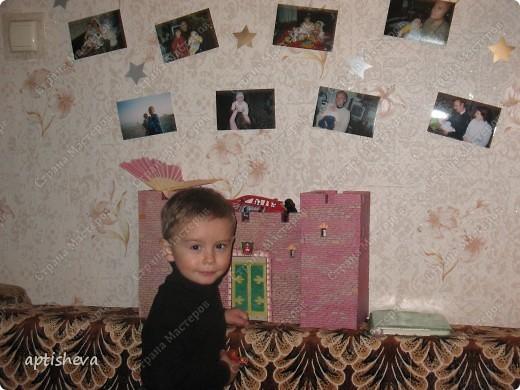 Вырезанная цифра, вокруг звёздочки и фотографии ребёнка со всеми членами семьи. Паровозик начинается на стенке... фото 3