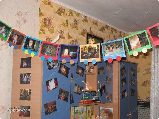 Вырезанная цифра, вокруг звёздочки и фотографии ребёнка со всеми членами семьи. Паровозик начинается на стенке... фото 2