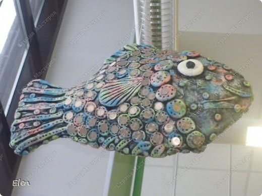 Рыбка размером в длину примерно 60 см,делала на заказ в зооомагазин,висит так уже почти год,когда сделала не стала фотографировать,но теперь захотела показать фото 3