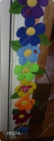 """Вот такой необычный цветок я сделала для своей дочки. Теперь мы каждое утро перед садиком пересаживаем фею-бабочку на новый цветочек. Изучаем и дни недели, и цвета радуги. Эту идею я взяла из журнала """"мой ребенок"""" и немного переделала. Вместо липучек сделала на магнитах. фото 1"""