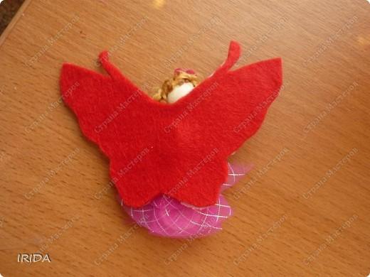 """Вот такой необычный цветок я сделала для своей дочки. Теперь мы каждое утро перед садиком пересаживаем фею-бабочку на новый цветочек. Изучаем и дни недели, и цвета радуги. Эту идею я взяла из журнала """"мой ребенок"""" и немного переделала. Вместо липучек сделала на магнитах. фото 17"""