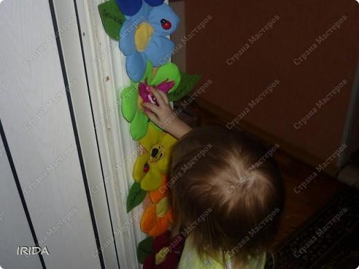 """Вот такой необычный цветок я сделала для своей дочки. Теперь мы каждое утро перед садиком пересаживаем фею-бабочку на новый цветочек. Изучаем и дни недели, и цвета радуги. Эту идею я взяла из журнала """"мой ребенок"""" и немного переделала. Вместо липучек сделала на магнитах. фото 23"""