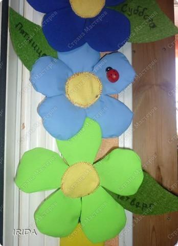 """Вот такой необычный цветок я сделала для своей дочки. Теперь мы каждое утро перед садиком пересаживаем фею-бабочку на новый цветочек. Изучаем и дни недели, и цвета радуги. Эту идею я взяла из журнала """"мой ребенок"""" и немного переделала. Вместо липучек сделала на магнитах. фото 20"""
