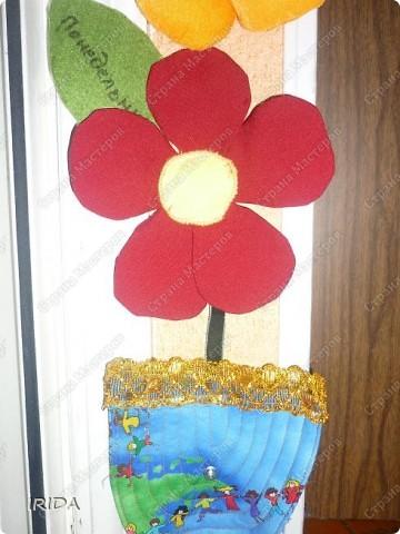 """Вот такой необычный цветок я сделала для своей дочки. Теперь мы каждое утро перед садиком пересаживаем фею-бабочку на новый цветочек. Изучаем и дни недели, и цвета радуги. Эту идею я взяла из журнала """"мой ребенок"""" и немного переделала. Вместо липучек сделала на магнитах. фото 22"""