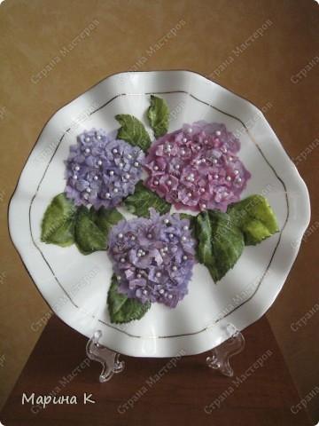 """Тарелочка интересной формы. Сначала салфетку наклеила как обычно на тарелку, а затем листочки и цветы, сделав их объемными, наклеила поверх и в серединки наклеила бусинки. В начале марта на тарелочке """"распустились"""" такие цветы. фото 1"""