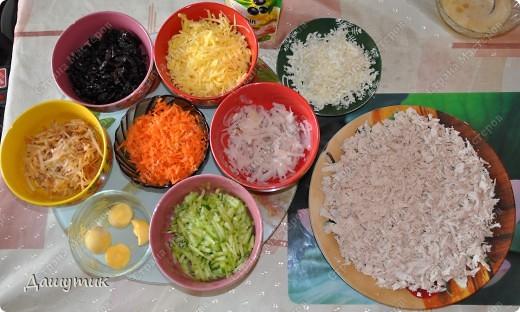Доброго времени суток, дорогой посетитель* моего блога*! Сегодня я хочу поделиться с вами рецептом одного очень вкусного салата, которого я назвала «Изобилие», так как в нём очень много ингредиентов ( истинное его название я, увы, не знаю). Я вообще  большая любительница салатов: овощных, мясных, рыбных, грибных и т.д. и т.п., и уже знаю не один десяток  рецептов этих* вкусностей, но то с чем я хочу поделиться с вами сегодня- это один из самых наилюбимейших салатов моей семьи и в частности меня. Вам настоятельно рекомендую попробовать приготовить его, да- это займёт какое-то время и придётся потратиться на какие-то продукты, но поверьте, когда ваши любимые домочадцы* уметают этот вкуснейший салатик за обе щёчки и нахваливают вас, засыпая комплиментами, то понимаешь, что это того стоило!  фото 7