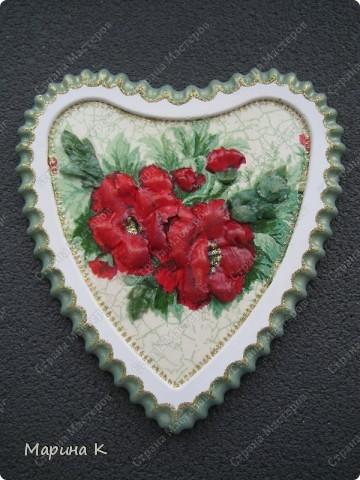 """Тарелочка интересной формы. Сначала салфетку наклеила как обычно на тарелку, а затем листочки и цветы, сделав их объемными, наклеила поверх и в серединки наклеила бусинки. В начале марта на тарелочке """"распустились"""" такие цветы. фото 2"""
