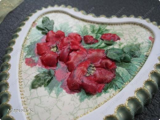 """Тарелочка интересной формы. Сначала салфетку наклеила как обычно на тарелку, а затем листочки и цветы, сделав их объемными, наклеила поверх и в серединки наклеила бусинки. В начале марта на тарелочке """"распустились"""" такие цветы. фото 3"""