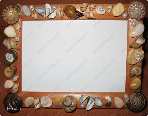 Вот такую сделали рамочку для фото. Деревянная рамочка обклеенная ракушками, морскими камешками, бусинками и покрыта лаком.
