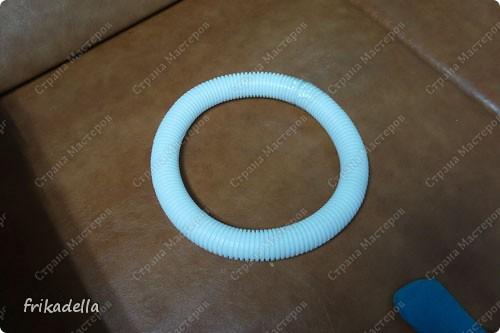 нам понадобится пластиковая гофро-труба. она бывает разного диаметра и обычно продается в магазинах электротоваров, а также можно встретить ее в магазинах сантехники. эту, мы брали в сантехническом магазине, ее диаметр = 4 см.  фото 3