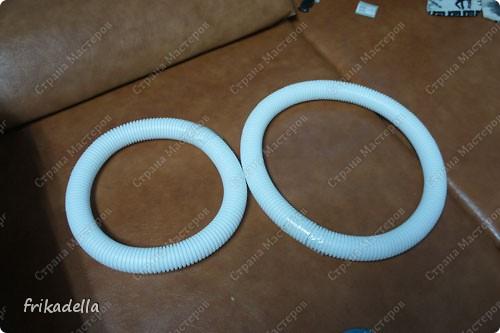 нам понадобится пластиковая гофро-труба. она бывает разного диаметра и обычно продается в магазинах электротоваров, а также можно встретить ее в магазинах сантехники. эту, мы брали в сантехническом магазине, ее диаметр = 4 см.  фото 4