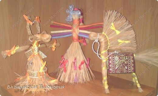 Куклы из лыка - это только говорим, что из лыка. Основа может и лыковая, но украшения у каждой куклы индивидуальные.