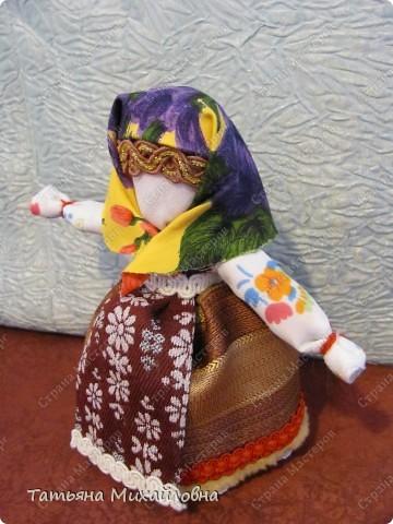 Мы часто делаем обережных кукол. Но в те далекие от нас времена, у каждой девочки были куклы и для игры. Они тоже несли большую смысловую нагрузку. Играя с ними девочка училась основам ведения хозяйства, готовилась стать взрослой. Вот таких куколок я сегодня решила вам показать. фото 5