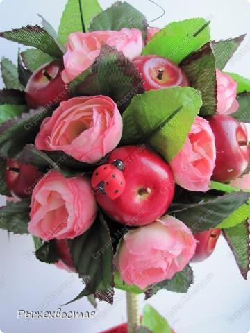 Здравствуйте,рукодельницы! Вот такое деревце из яблочек и роз с пичугой и божьими коровками вышло у меня снова.... фото 2