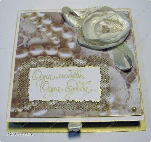 Эту коробочку делала подруге на свадьбу. МК такой коробочки можете посмотреть здесь - http://mu-ha.blogspot.com/2009/09/blog-post_11.html. Я немножко по-другому делала, но это неважно.) Использовала скрап-бумагу, половинки жемчужин, атласные ленточки, жемчужину для открывания. Цветы сделаны из атласной ткани, сетки 2-х видов, сверху декоративные блестки, микробисер. Края обработаны золотой краской. фото 1