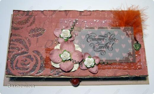 Эту коробочку делала подруге на свадьбу. МК такой коробочки можете посмотреть здесь - http://mu-ha.blogspot.com/2009/09/blog-post_11.html. Я немножко по-другому делала, но это неважно.) Использовала скрап-бумагу, половинки жемчужин, атласные ленточки, жемчужину для открывания. Цветы сделаны из атласной ткани, сетки 2-х видов, сверху декоративные блестки, микробисер. Края обработаны золотой краской. фото 4
