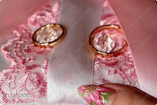 Свадебный набор: Подушечка для колец, украшение на свадебные бокалы и шампанское! На заднем плане букет невесты в моем исполнении! фото 5