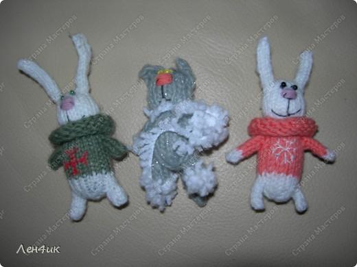 Пригласили в гости всех подаренных новогодних зайчат. Пришли только два. Остальные так хорошо прижились в новых семьях, что уходить оттуда не захотели. фото 1
