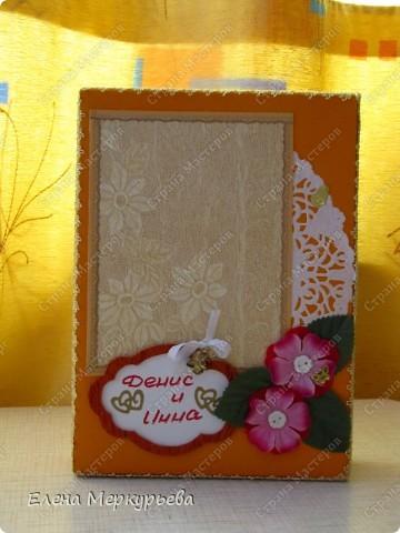 Это коробочка для альбома. Сделала из цветного картона. Украсила: бумажной кружевной салфеткой, кусочек обоев, цветочки, колокольчик с приглашения, наклейки из магазина. фото 1