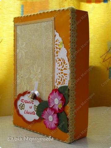 Это коробочка для альбома. Сделала из цветного картона. Украсила: бумажной кружевной салфеткой, кусочек обоев, цветочки, колокольчик с приглашения, наклейки из магазина. фото 2