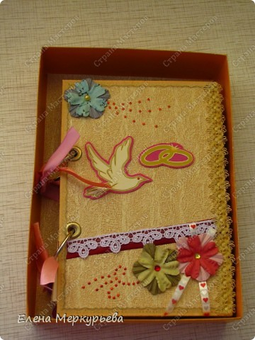 Это коробочка для альбома. Сделала из цветного картона. Украсила: бумажной кружевной салфеткой, кусочек обоев, цветочки, колокольчик с приглашения, наклейки из магазина. фото 3