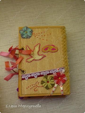 Это коробочка для альбома. Сделала из цветного картона. Украсила: бумажной кружевной салфеткой, кусочек обоев, цветочки, колокольчик с приглашения, наклейки из магазина. фото 4