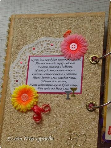 Это коробочка для альбома. Сделала из цветного картона. Украсила: бумажной кружевной салфеткой, кусочек обоев, цветочки, колокольчик с приглашения, наклейки из магазина. фото 5