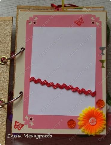 Это коробочка для альбома. Сделала из цветного картона. Украсила: бумажной кружевной салфеткой, кусочек обоев, цветочки, колокольчик с приглашения, наклейки из магазина. фото 6