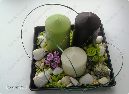 Хочу показать маленький МК, как из совершенно простых предметов можно создать милые вещицы для интерьера. Если работать с этими предметами всей семьей получается очень веселая и занимательная игра. МК я разделила на две части: первая-это украшение подсвечника, вторая - создание подставки под цветы.  Для первой работы я использовала подставку для свечей из Ikea, три свечи и остатки цветных камушек и раковин фото 10