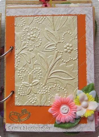 Это коробочка для альбома. Сделала из цветного картона. Украсила: бумажной кружевной салфеткой, кусочек обоев, цветочки, колокольчик с приглашения, наклейки из магазина. фото 8
