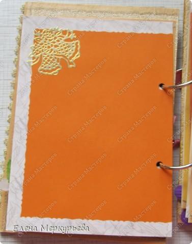 Это коробочка для альбома. Сделала из цветного картона. Украсила: бумажной кружевной салфеткой, кусочек обоев, цветочки, колокольчик с приглашения, наклейки из магазина. фото 9