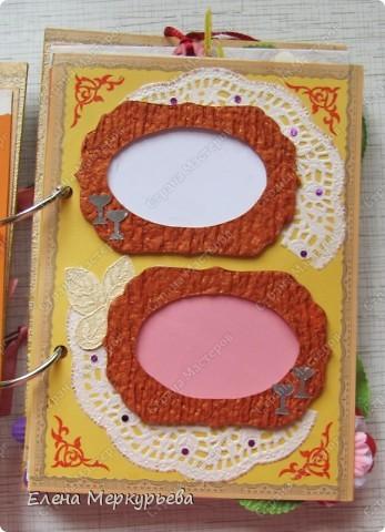 Это коробочка для альбома. Сделала из цветного картона. Украсила: бумажной кружевной салфеткой, кусочек обоев, цветочки, колокольчик с приглашения, наклейки из магазина. фото 10