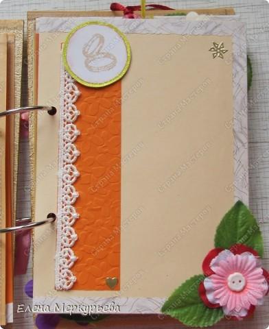 Это коробочка для альбома. Сделала из цветного картона. Украсила: бумажной кружевной салфеткой, кусочек обоев, цветочки, колокольчик с приглашения, наклейки из магазина. фото 12